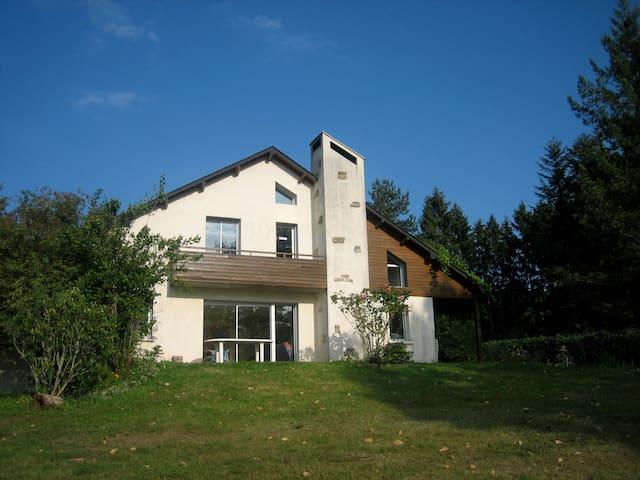 Maison calme,très belle vue,près de Treignac. - Treignac - Hus