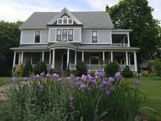 Cozy Queen Anne Victorian - Holyoke - Ev