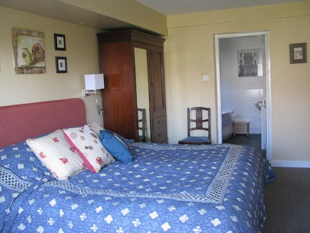 1.  Twin en-suite garden room - Falkland - Bed & Breakfast