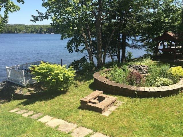 Beautiful Lakefront Retreat! - Middle Sackville - Casa