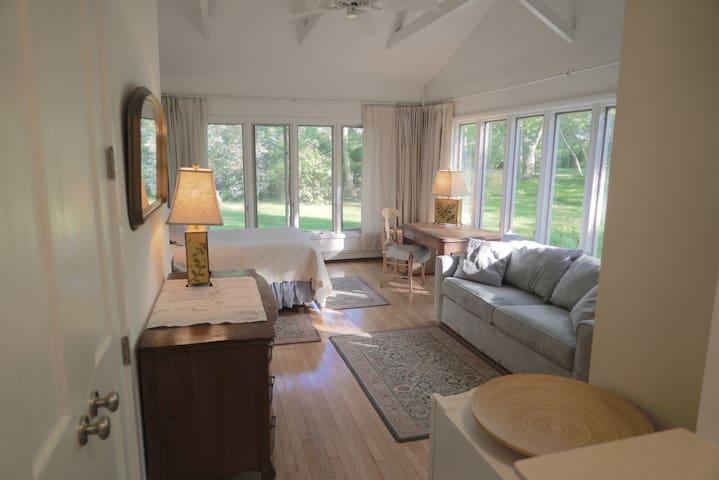 Spacious & Bright Modern Skylit Apartment - Sag Harbor - Rumah