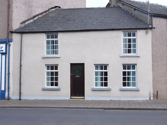 Cosy Cottage In The Heart Of Dalton, Lake District - Dalton-in-Furness - Huis