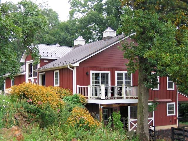 The Barn Loft at Cardinal Springs - Sperryville