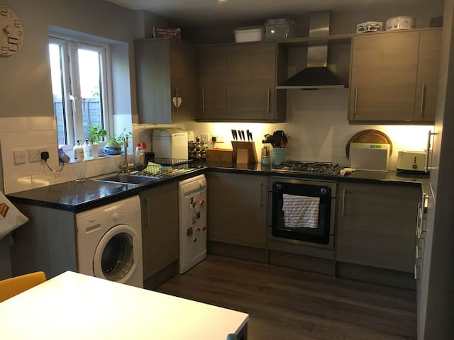 Cosy single bed, private bathroom, with breakfast - Orrell