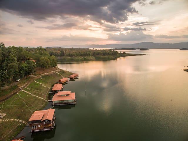 Pufa Engnam Lake & Resort: Dongpeesua Raft - Si Sawat District