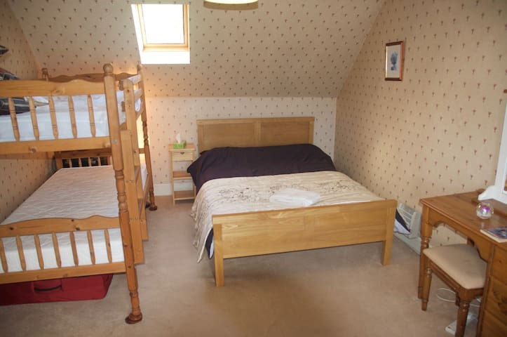 Comfortable Family Room near Kenmore,  Loch Tay - Acharn