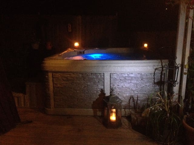 DOWNTOWN PRIVATE HOT TUB/ HEATED POOL/DECK/PARKING - Jim Thorpe