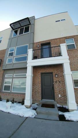 Private suite in 3 level condo - Farmington - Ev