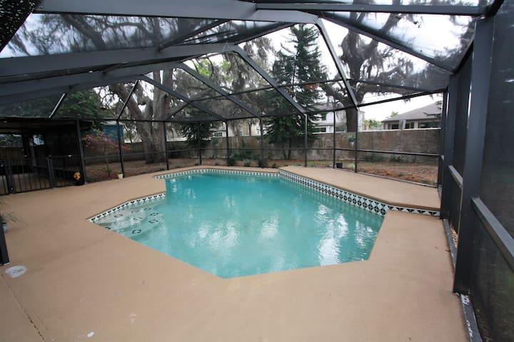 Private Room/Bathroom in a Pool Home - Brandon