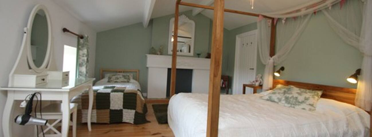 The 'Green Room' B&B - king + single bed, sleeps 3 - Étusson - Bed & Breakfast