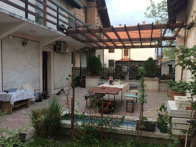 Room in spacious house with terrace - Beograd - Maison