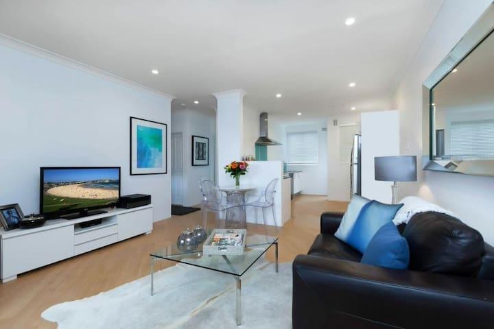 Clean, light spacious in a great location! - Bondi - Lägenhet