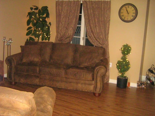 Furnished bedroom in quiet home - Bedford - Casa