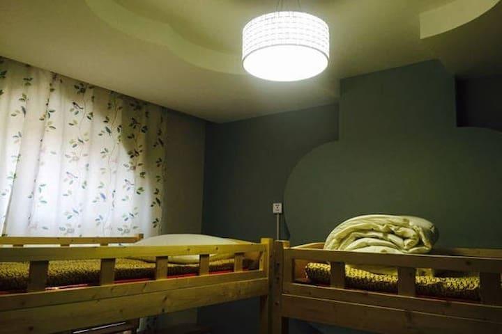 太原在路上青年客栈女生四人间床位 Bed in Four Bed Female Dorm - Taiyuan