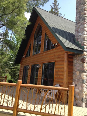 Private Log Cabin in the North Wood - Republic Township - Hytte