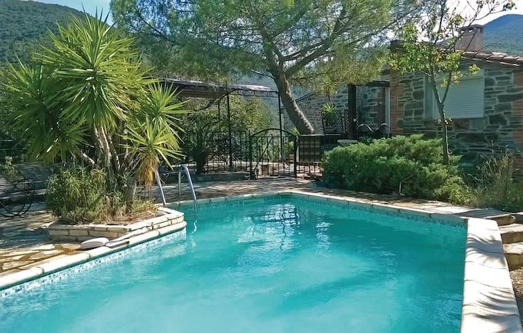 Villa 200 m², piscine privée et jacuzzi intérieur - Rigarda - Huis