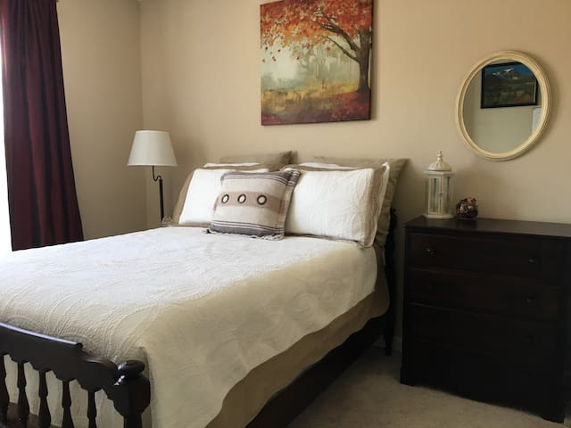 Comfortable Bed and Cozy Townhome! - Woodbridge