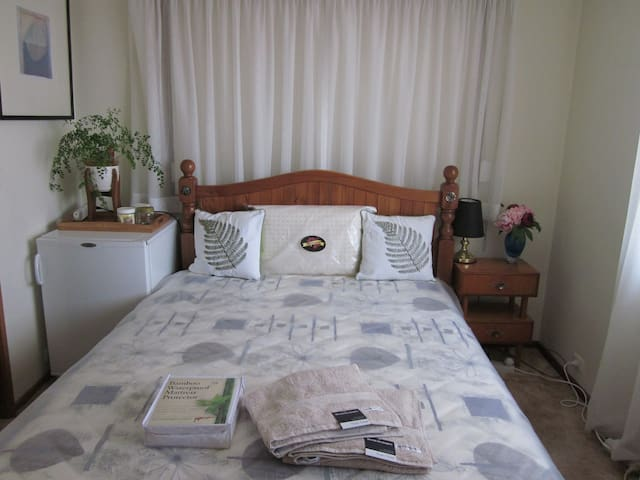 Master bedroom with Queen sized bed & ensuite - Karabar - Maison