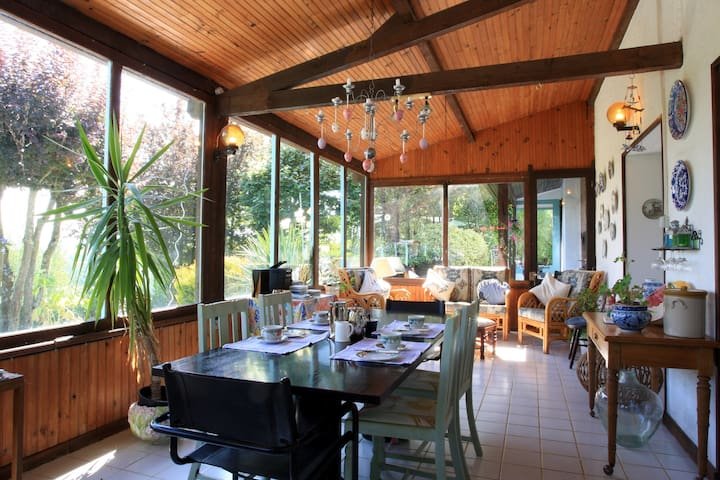 French Guesthouse - Pécharic-et-le-Py - Bed & Breakfast