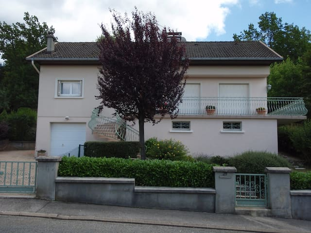 Chambre privée + salle de bains - Oyonnax - Pousada