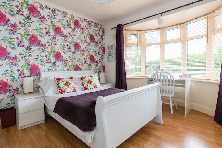 Large beautiful room near Airport - Cleeve