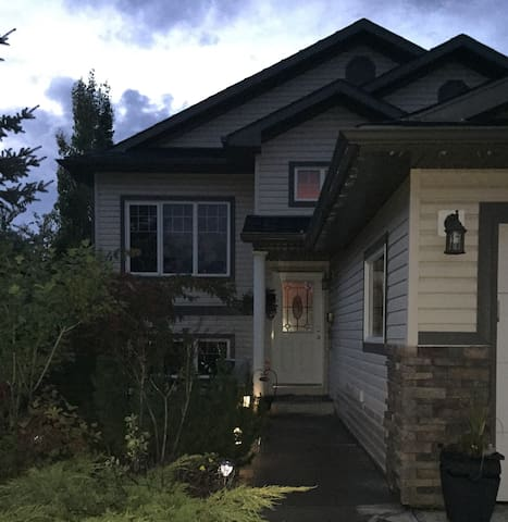 Spacious Retreat in a Family Home - Red Deer - 獨棟