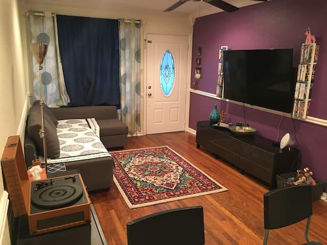 """Cozy Private Room in Little """"D"""" - Denton - Casa"""