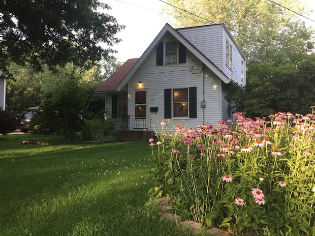 Cute, Cozy 3BR house with parking - Iowa City
