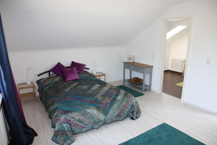 Bright room with great view and private bathroom - Winterbach - Casa