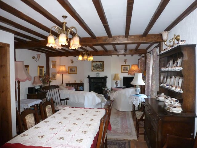 cottage accommodation in rural village - Tarvin - Huis