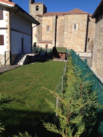 Casa con jardin. (Maison de ville avec jardin) - Eguilaz-Egilatz - Hus