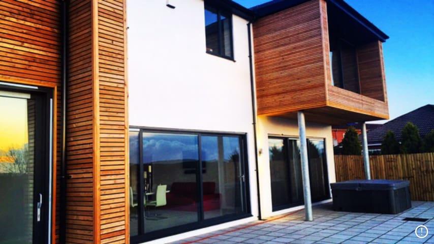 Modern property superb views. - Neath - Casa