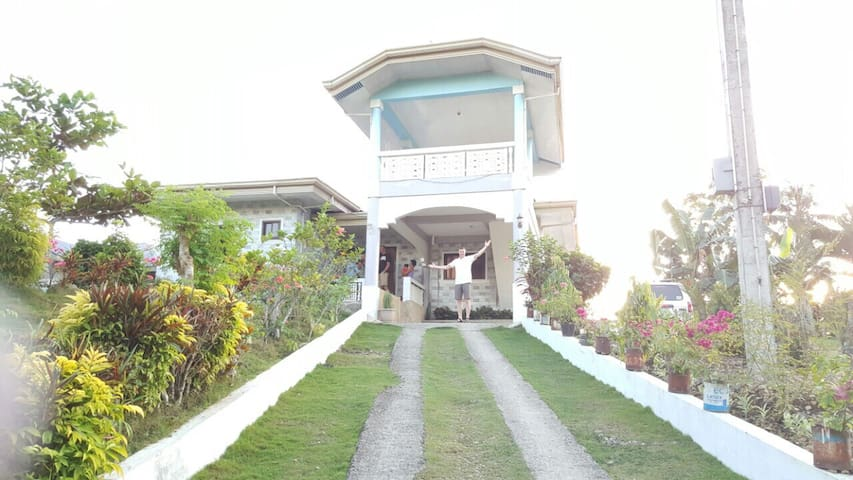Big white house with parking area! - Baclayon - Huis