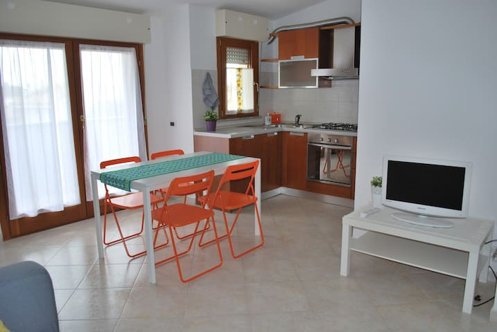 Cosy flat with large balcony and private parking. - Assemini - Lägenhet
