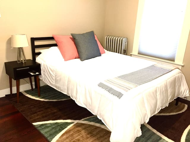 Comfy Solar-Powered North Manchester Guest Room - Manchester - Departamento