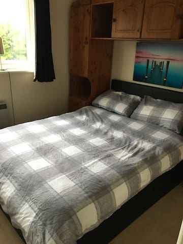 Double Bedroom in ideal location. - Chertsey - Talo