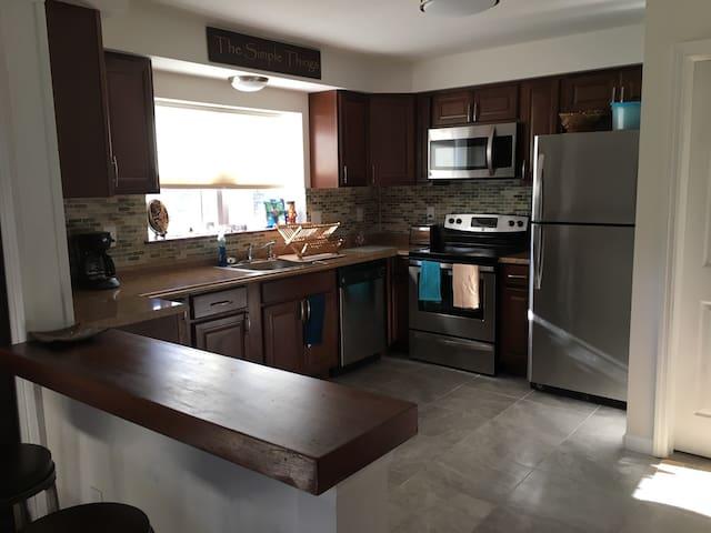 Newly Renovated Home 2 blocks from Main Street. - Beacon - Casa