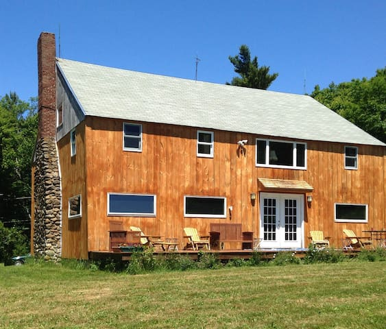 Rustic Blueberry Mountain Lodge - Harrisville - Hus