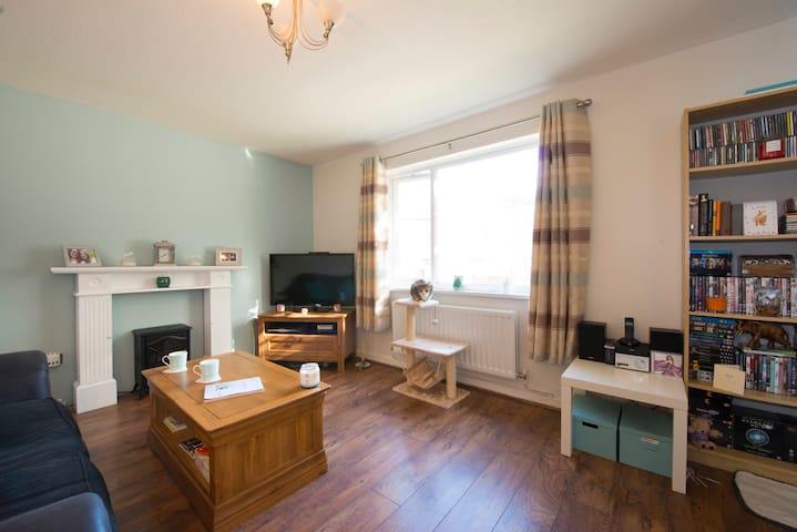 Double bedroom in a friendly home away from home - Dudley