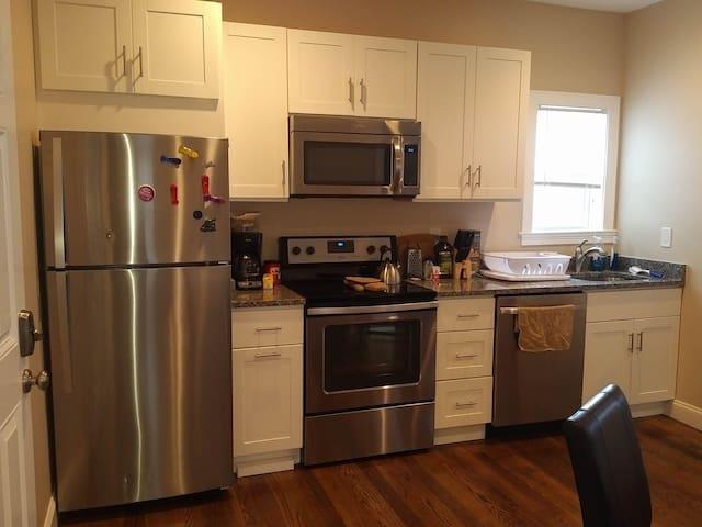 Brand New 2nd Floor Brockton Flat! - Brockton - Appartement