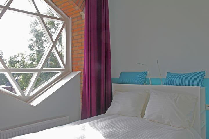 Slapen in de kerk - Pieterburen - 家庭式旅館