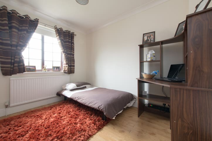 Affordable private room in great central location - Chelmsford - Hus