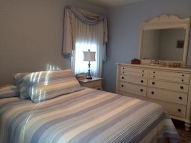 Bedroom/bath in quiet home - Towson