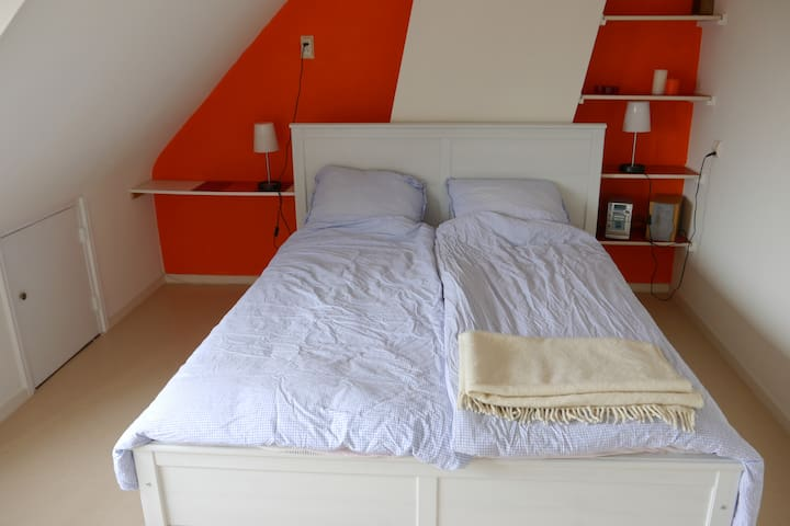Room&private shower, near station - Alphen aan den Rijn - Casa