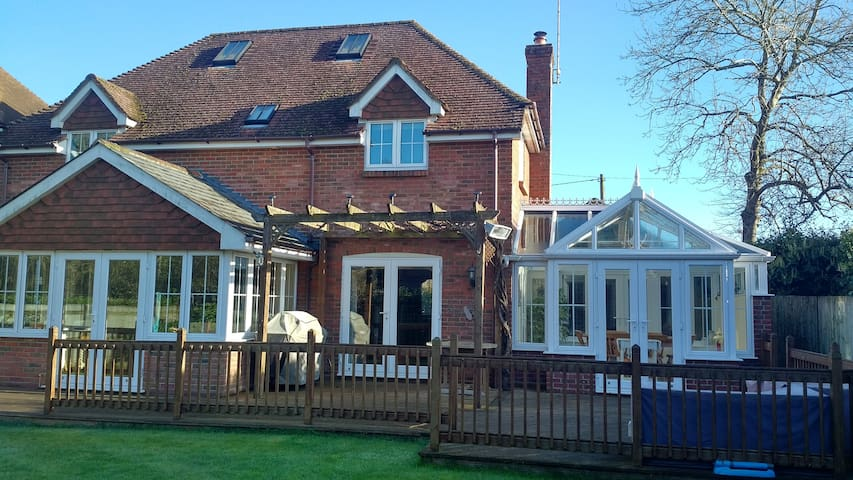 Lovely double room in welcoming family home - Fordingbridge