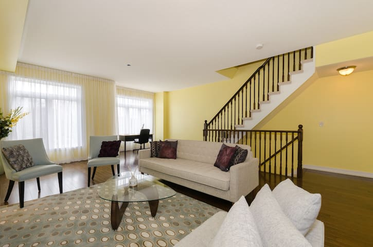 Bright & Spacious Townhouse Living - Pickering