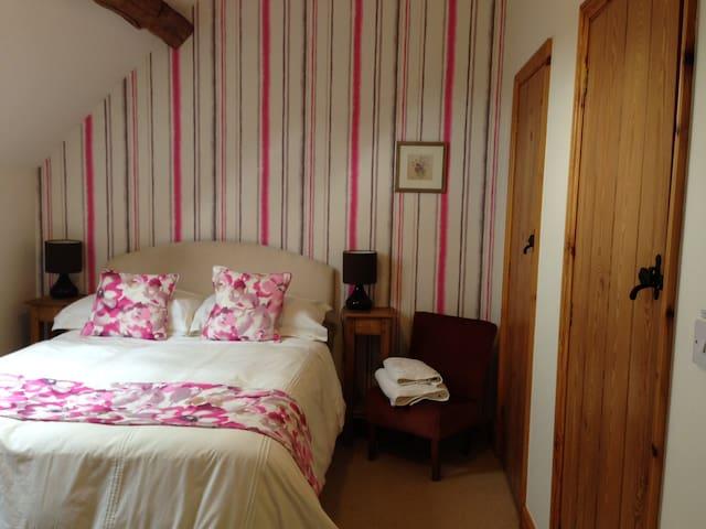 Swallow's Nest, Marsh Farm Bed & Breakfast - Abbots Bromley - Bed & Breakfast