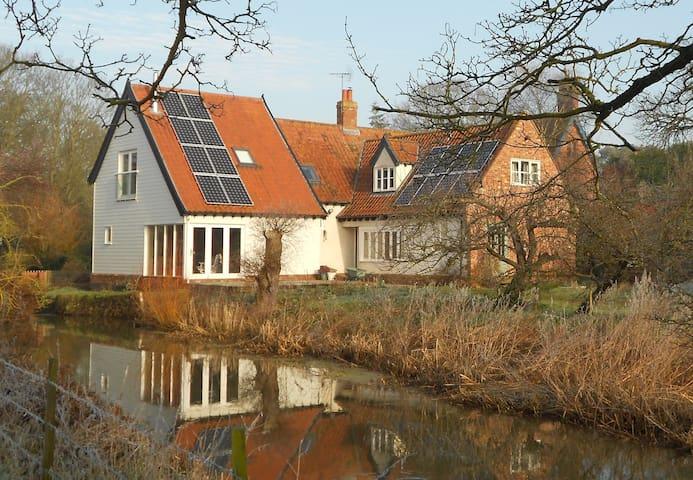 Part of a riverside cottage - Norfolk - Bed & Breakfast