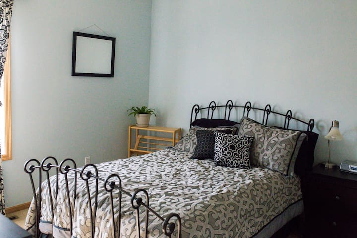 Private bedroom in lake neighborhood. Dog friendly - Apple Valley - Szeregowiec