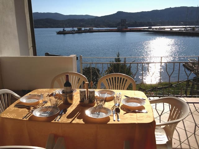 A terrace on the sea - Cannigione - 公寓